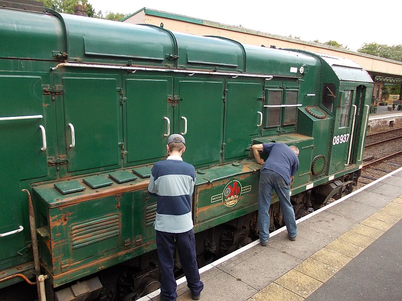 John Caesar and Geoff Brookes scraping the rust off 08937