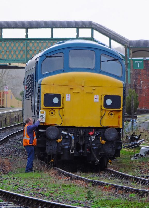 Stalwart DR driver Keith Netherton changing ends with 45060 'Sherwood Forester' during the Sulzer Weekend. Keith seems to rather like the 'Peak'.