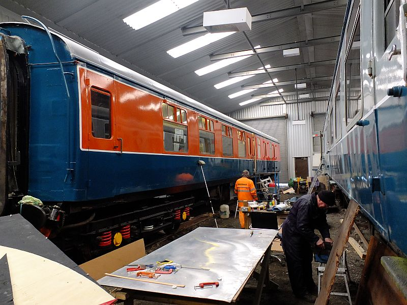 Lab 11 in the Meldon workshop alongside Class 411 CEP 1589 DMSO no 61743, which is having a refresh.